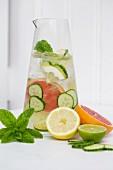 Zitrus-Gurken-Wasser mit frischer Minze
