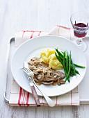 Kalbsschnitzel mit Champignons, Stampfkartoffeln und grünen Bohnen