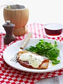 Hähnchenschnitzel mit Prosciutto und Käse überbacken, und Rucolasalat