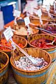 Eingelegtes Gemüse in Holzbottichen auf Broadway Markt (London, England)