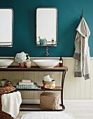 Vintage Waschtisch mit zwei weissen Waschschüsseln, Spiegel mit Ablage an petrolblauer Wand