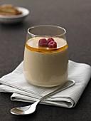 Kaffeecreme mit Karamel-Whiskey-Sauce im Glas