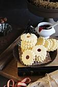 Glutenfreie gestapelte Hildaplätzchen mit Tannenbäumen aus Papier und Marmeladengefäss