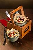 Filoteigschalen mit Apfelfüllung, Preiselbeeren, Vanillesirup und Gewürzen