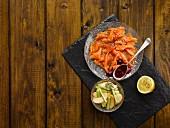 Gebeizter Lachs mit Apfel-Sellerie-Salat und Rote-Bete-Sauce