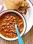 Baked beans and a pulled pork burger (USA)