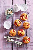 Cinnamon muffins with strawberries