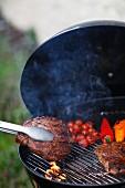 Steaks und Gemüse auf dem Grill