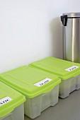 Beschriftete Plastikboxen zur Mülltrennung