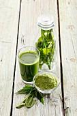 Grüner Smoothie aus Brennessel, Weizengras und Löwenzahn