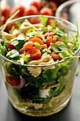 Nudelsalat mit Tomaten und Basilikum im Glas