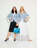 Zwei Frauen in blauem Blazer und Sommerröcken