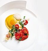 Großes Eierraviolo mit Spinat, Tomatensugo und frittiertem Salbei