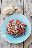 Rindfleischsalat mit Paprika und Schnittlauchblüten