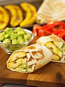Wraps mit Kochbanane, Avocado und Tofu