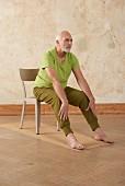 Zange (Yoga), Schritt 2: Hände auf Schienbeinen ablegen