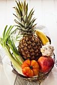 Obst und Gemüse im Drahtkorb