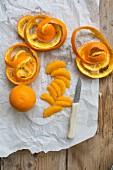 Orangenfilets und Orangenschalen