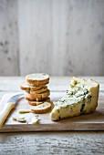 Ein Stück Blauschimmelkäse mit Brot-Crackern
