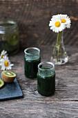 Grüner Smoothie mit Chlorella, Spirulina, Kiwi, Limette und Petersilie