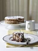 Haselnuss-Baiser-Kuchen mit Schokoladensauce