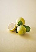 Zitronen und Zitronenhälfte mit Blatt