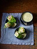 Gefüllte Kopfsalat-Wraps mit Dip