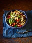 Tomaten-Broccolispaghetti mit Kichererbsen