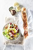 Gemischter Salat mit Thunfisch und Stangenbrot (Aufsicht)
