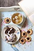 Mohnküchlein und Spritzgebäck zum Tee auf nostalgischem Tablett