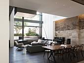 Moderner Wohnraum mit Sofa und Esstisch