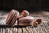Macarons mit Haselnüssen auf Holztisch