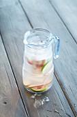 Ingwer-Rhabarber-Wasser mit Eiswürfeln
