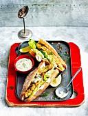 Panierte Gourmet-Fischburger mit Mayonnaise und Kopfsalat