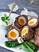 Gebackene Eier im Hackfleischmantel zu Ostern