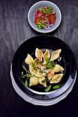 Muschelnudeln mit Salbei und Tomatensalat