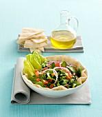 Gemischter Salat auf arabischem Fladenbrot