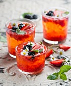 Strawberry lemonade with blackberries and daisies