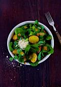 Feldsalat mit Backkartoffeln, Sprossen und Balsamicocreme