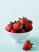 Erdbeeren in Schüssel und daneben