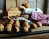 Roggenbrötchen mit Grünkohl und Kürbiskernen, dahinter diverse Brote