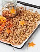Orangen-Knuspermüsli auf Backblech und in Voratsglas