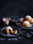Karamell-Brioche-Brötchen mit Schokoladenfüllung zum Kaffee