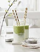 Grüner Smoothie mit Avocado und Matcha auf Joghurt im Glas