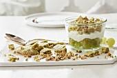 Trifle aus Matchakeksen, Joghurt und grünen Trauben