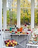 Stillleben mit frischen Äpfeln und Apfelprodukten vor Küchenfenster