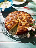 Vornehmes Picknick: karamellisierter Apfel-Buttermilch-Kuchen mit süssem Vanille-Mascarpone