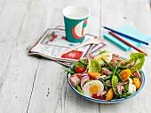 Nizzasalat mit hartgekochtem Ei und grünen Bohnen