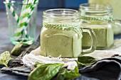 Grüner Smoothie mit Banane, Joghurt und Spinat