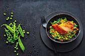 Brust von der Maispoularde und Erbsen-Curry mit Pak Choi